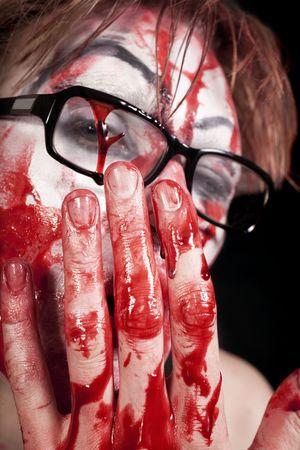 primer plano cara: Retrato de mimo en gafas con sangre en la cara close up