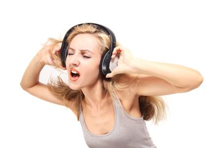 Junge Frau singt mit Kopfhörern, die isoliert auf weißem Hintergrund  Standard-Bild - 7564479