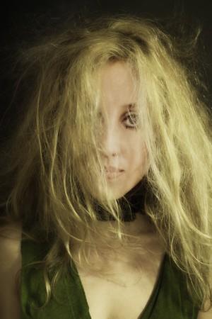 jeune femme belle avec des cheveux frisés échevelé