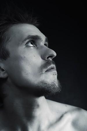 Profilo di triste uomo bella closeup