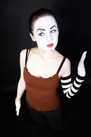 pantomime: mime de mujer con maquillaje teatral sobre fondo negro