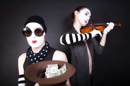 Twee mime spelers spelen een viool voor het geld  Stockfoto - 7901434