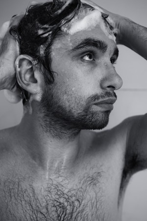 Monochrome portret van de jonge man nemen douche
