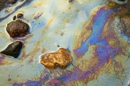 sustancias toxicas: agua con parches de gasolina y aceite