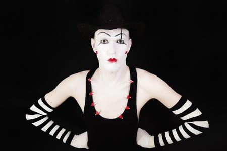 pantomima: Retrato del actor de pantomima con maquillaje sobre fondo negro close up