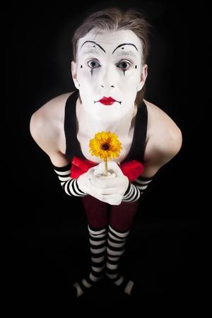 pantomima: Retrato del actor de pantomima de con gerberas amarillas