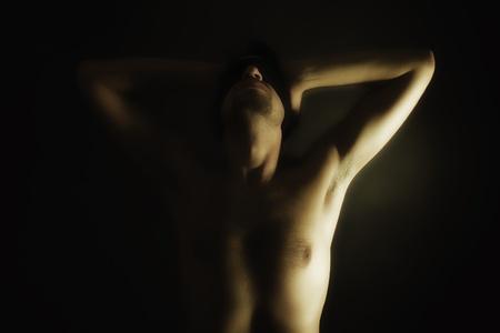 ojos vendados: Retrato de hombres jóvenes desnudos con los ojos vendados sobre un fondo negro