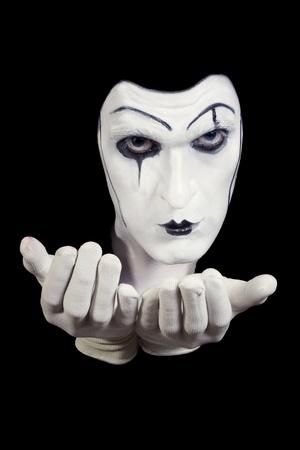 mimo: cara y manos de mime con maquillaje oscuro aislado en fondo negro