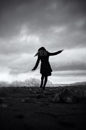 jonge vrouw op de zandstranden van de storm