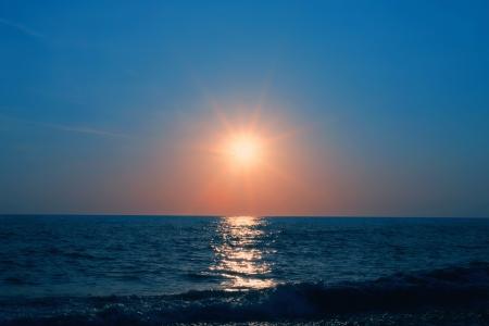 Prachtige zonsondergang op zee Stockfoto