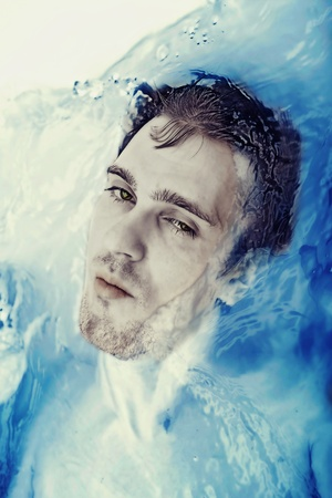 ahogarse: Cara de los j�venes en el ba�o con un agua cristalina azul