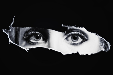 Női BL szeme kémkedett egy lyukon Stock fotó