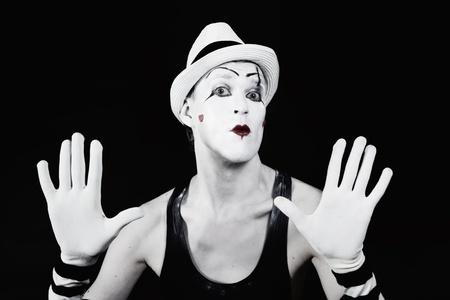 mimo: Actor de teatro en payaso de mime de maquillaje con un rostro serio sobre un blac