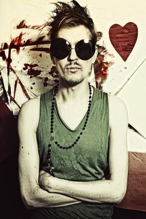 punk hair: Portrait de jeune punk en gros plan de lunettes rondes