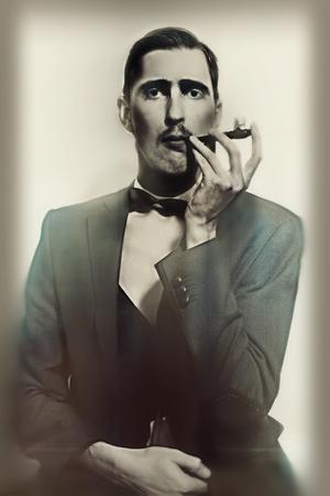 Retrato retro de un hombre adulto fumando un primer tubo de