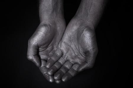 Zwei Hände gefaltet eine Handvoll auf schwarzem Hintergrund Standard-Bild - 10309748