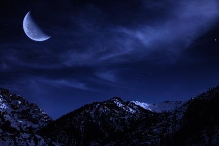 nuit hiver: Paysage d'hiver Nuit de montagne avec la lune et les �toiles dans le ciel