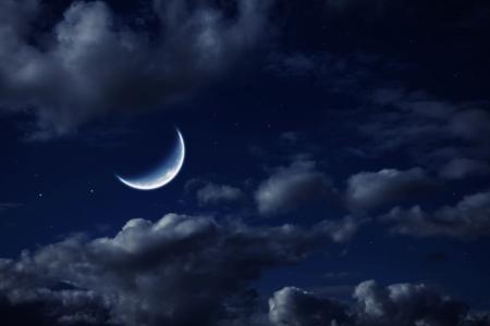 De maan in de nacht bewolkte hemel met sterren