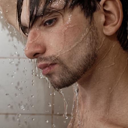tomando refresco: Retrato de un hombre hermoso joven toma un primer plano ducha