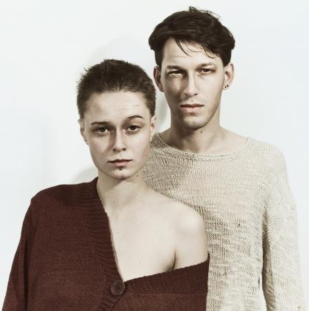 cabello casta�o claro: Studio retrato de un hombre joven y una mujer sobre un fondo blanco Foto de archivo