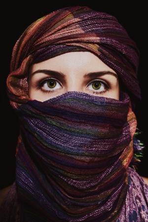 burka: Ritratto di bella dagli occhi verdi donna in hijab su sfondo nero Archivio Fotografico