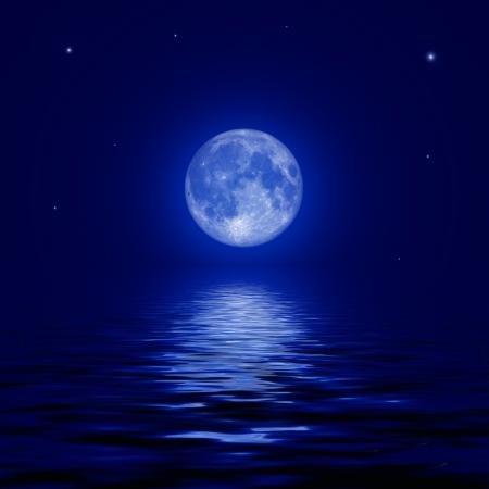 Volle maan en sterren weerspiegeld in het water oppervlak illustratie Stockfoto