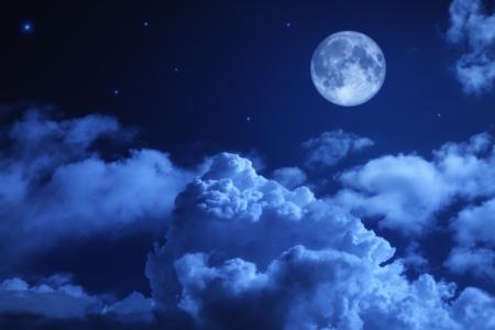 noche: Cielo de la noche trágica, con una luna llena y las estrellas brillantes