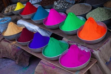 diversidad cultural: Indian pintar un banquete sagrado en el mostrador de la tienda