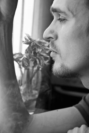 man close up: Ritratto di un giovane uomo pensieroso close up Archivio Fotografico