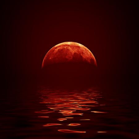 luz de luna: Luna roja refleja en una superficie de agua ondulada Foto de archivo
