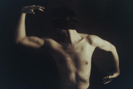 giovane nuda: Ritratto di nudi maschili giovane bendato su sfondo nero