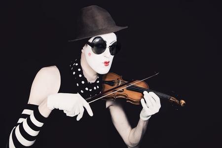mimo: mimo en pequeño violín en gafas de sol sobre fondo negro