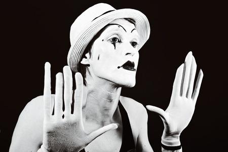 mimo: actor de teatro en maquillaje mime divertido