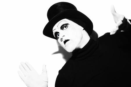 mimo: Retrato de un mimo teatro sombrío que lleva un sombrero de copa negro