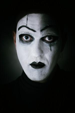 mimo: Retrato oscuro del actor con maquillaje mimo en su cara