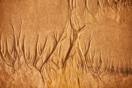 suelo arenoso: La textura de la arena de mar mojada con patrones de agua Foto de archivo