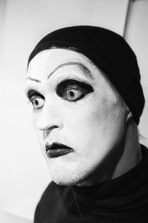 volto uomo: Attore teatrale con il trucco scuro sul suo viso da vicino