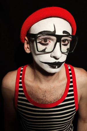 mimo: Retrato de mime el uso de anteojos tristes sobre fondo negro
