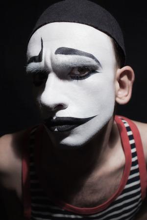 mimo: Cara de fctor mimo sobre fondo negro