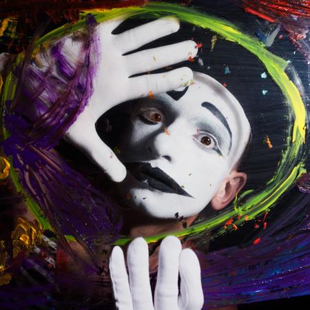mimo: Cara del Mime detrás de un vidrio con manchas multicolores