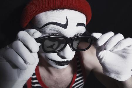 mimo: Retrato del mimo con el sombrero de color rojo y anteojos