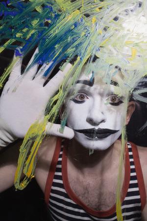 mimo: Cara del Mime detr�s de un vidrio con manchas multicolores
