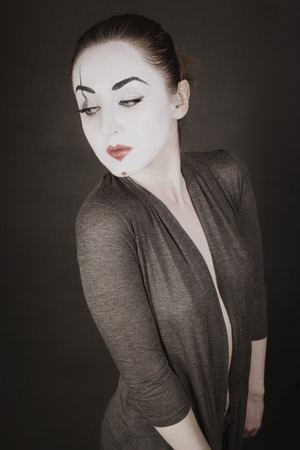 mimo: Retrato de mujer feliz m�mica en un fondo negro