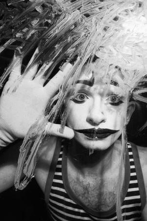 mimo: retrato en blanco y negro de Mime detrás del vidrio Foto de archivo