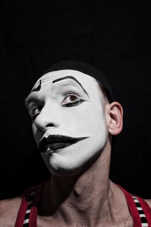 mimo: Retrato de la mímica agente en un fondo negro