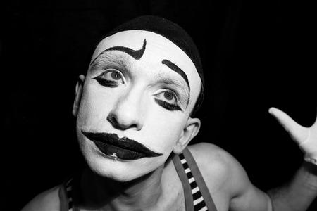 mimo: Retrato del mime triste en el fondo negro