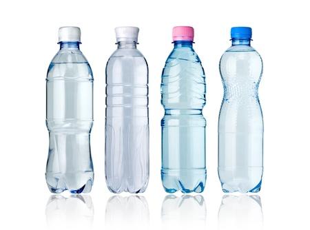 botella de plastico: Botellas de agua aislados en el blanco Foto de archivo