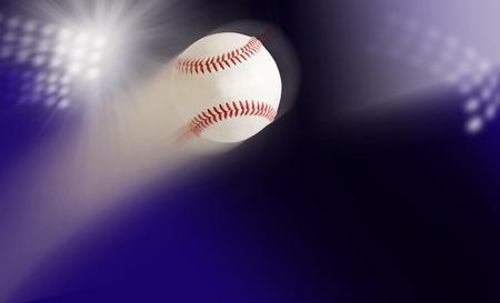 pelota de beisbol: b�isbol en el aire contra el fondo de las luces del estadio