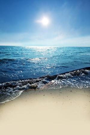 부드러운 파도에 의해 세척 태양 바다의 해안을 스톡 콘텐츠