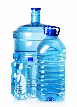 botellas vacias: Botellas de plástico del grupo de agua aislado en blanco